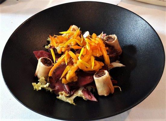 La Fabrique : Salade tiède de pigeon , achar de mangue au gingembre frais , nems des cuisses à la datte , sala