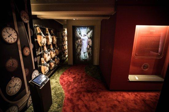 Castelnuovo Rangone, Italia: Museo della Salumeria - Puntatura dei prosciutti