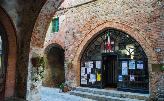 biblioteca sotto la Torre Civica di Lanzo Torinese