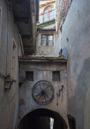 strade laterali sotto la Torre Civica di Lanzo Torinese