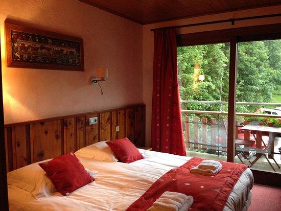 Chambre double lit picture of le dahu hotel argentiere for Chambre 9m2 lit double