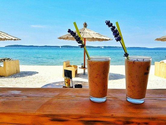 Fazana, Croatia: Fresh smoothie & beautiful view.