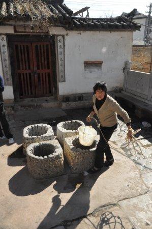 Jianshui County, China: puits traditionnel dans le centre de Jianshui