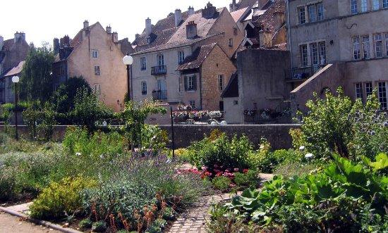 Dôle, Francia: Le jardin des Chevannes, au bord du canal des Tanneurs