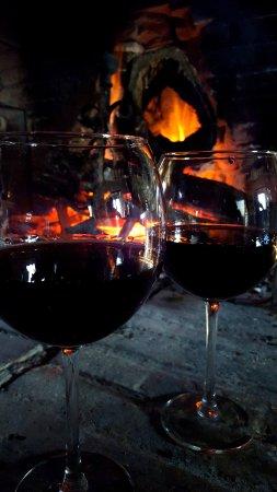 Magliano Sabina, Italia: Bevendo un bicchiere di vino rosso davanti al camino acceso
