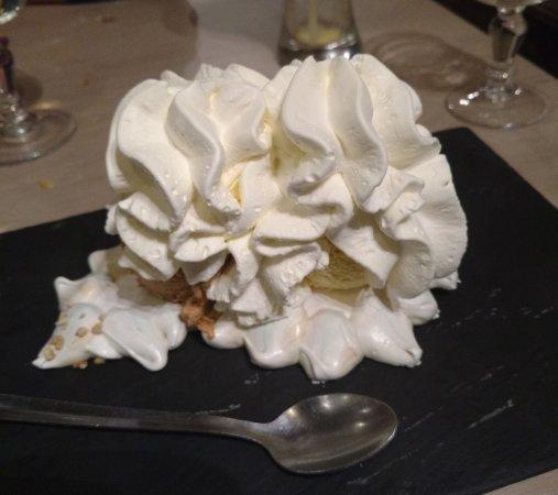 Roussillon, France: Vacherin glace vanille et caramel beurre salé