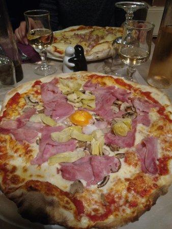 Roussillon, France: Pizza capricciosa
