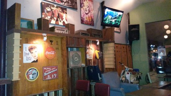 Pathum Thani, Tailandia: Kleine Bar mit Live Music im 80er Jahre Stil