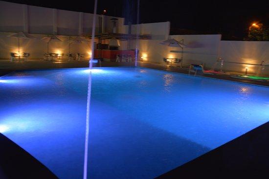 Hotel palmeras de luz desde moniquir colombia for Piscina 94 respuestas