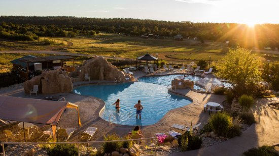 Zion Ponderosa Ranch Resort: Sunset view over the pool area with water slides and jacuzzi tubs.