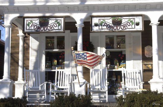 Skaneateles, Estado de Nueva York: Great porch that all are invited on to relax between shopping stops..