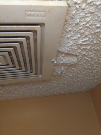 Knights Inn Lebanon: Ceiling galling leaking on head when using the bathroom from shower on Secound floor peice of ce