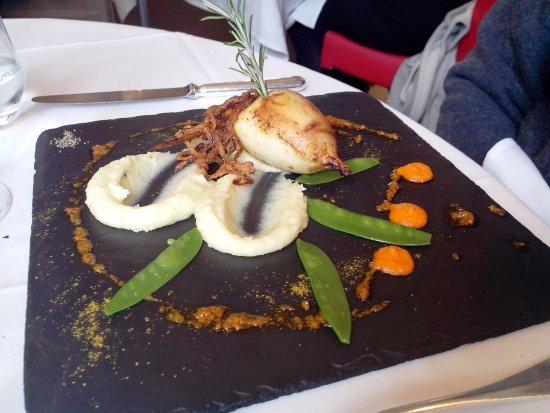 La Chapelle-Saint-Mesmin, France: Encornet farci d'une pissaladière, mousseline de pommes de terre à l'ail et thym frais, huile d'