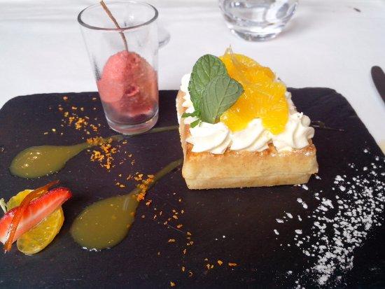 La Chapelle-Saint-Mesmin, France: Gaufre à la crème citron, serments d'oranges marinés à la sarriette, sorbet fraise-basilic