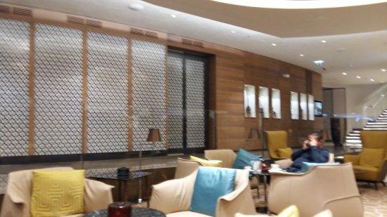 https://media-cdn.tripadvisor.com/media/photo-s/0e/6d/5e/14/interieur-de-l-hotel.jpg