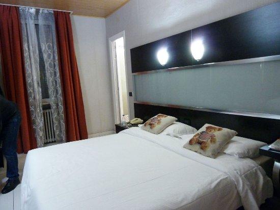 Hotel Bolzano : La cama doble es enorme y el colchón comodísimo