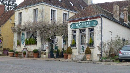 La Perriere, France: En arrivant sur la place de La Perrière