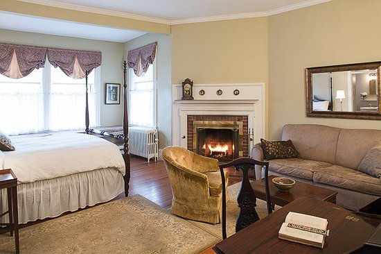 Castine, ME: Queen Firplace Room