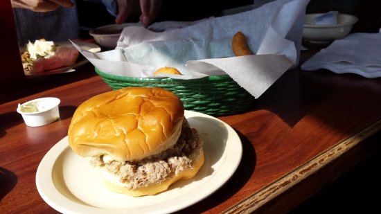 Weldon, Kuzey Carolina: Chopped pork sandwich and hush puppies