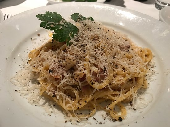 San Rafael de Escazu, Kostaryka: Spaghetti Carbonara with a side of grilled tomatoes. Giant olives and a view of the restaurant,
