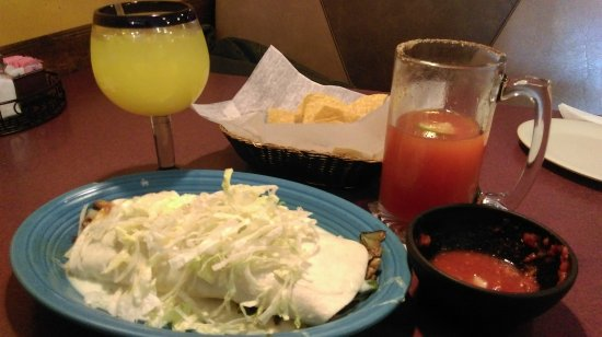 Oak Hill, Virginie-Occidentale : El Durango Burrito with a Mango Margarita and a Michelada.