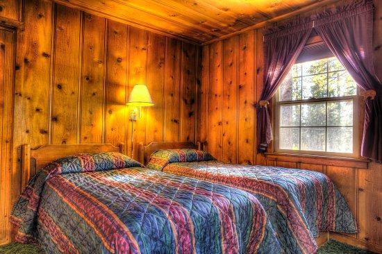 Tamarack Lodge: Lodge cabin twin bedroom