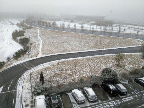 Findel, Luxembourg: Ibis-aéroport Luxembourg, d'une chambre vue enneigée vers l'aéroport