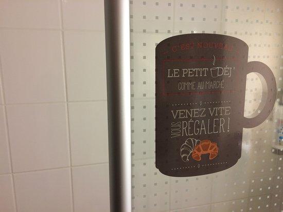 Saint-Dizier, Frankrike: Publicité pour le petit déjeuner dans la douche