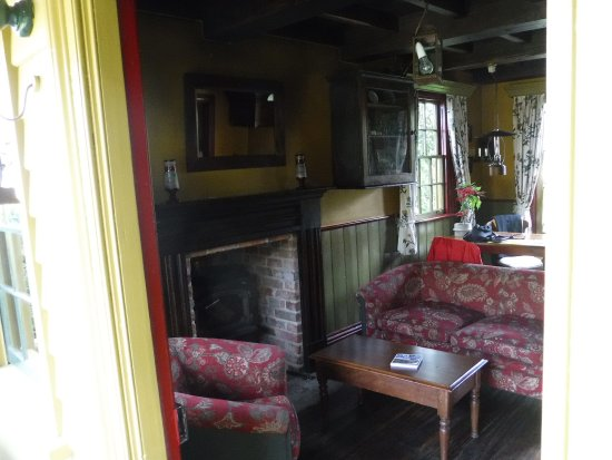 Corinda's Cottages: Sitting room and dining table.
