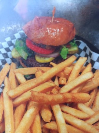 St. Catharines, Canadá: Burger and fries