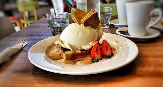 Moreton Bay Region, Australien: Waffles with banana and honeycomb