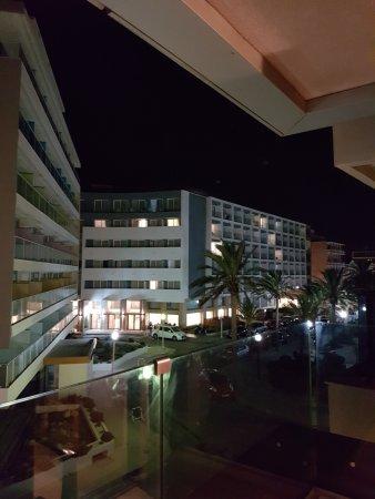 """Cactus Hotel: Utsikten mot """"100 palmers gata"""" från rum 218"""