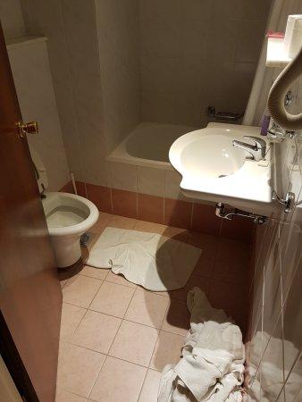 Cactus Hotel: Liten toalett/dusch i rum 218
