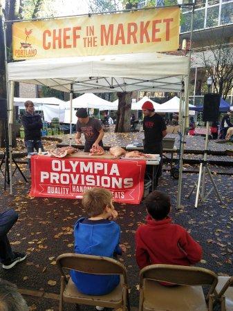 Portland Farmers Market : Learning how to chop a pork