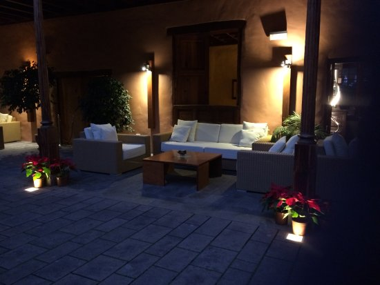 Hotel La Quinta Roja: Evening lighting in courtyard