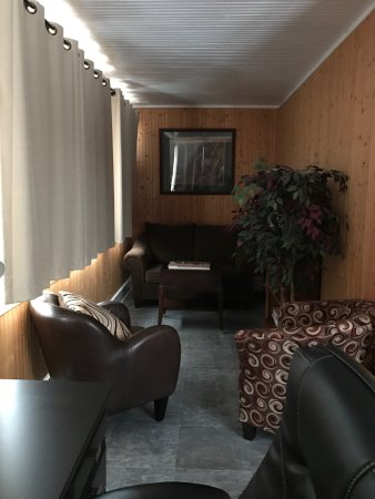 Moosonee, Canada: Suite on main floor at the front of the house