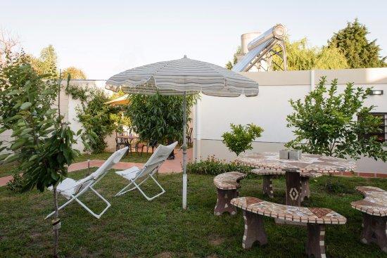 la posada de lilia jardin con asador y juegos de jardin