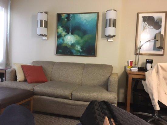 Hyatt Place New York Midtown South: um otimo sofa pra sentar, mesa para comer, escrever etc