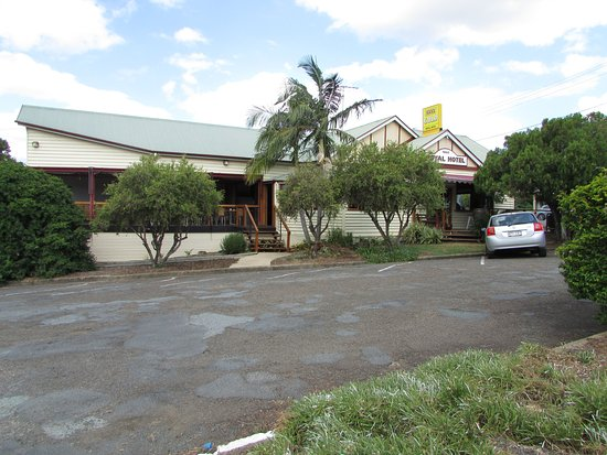 Kalbar, Australia: Main entrances to hotel from carpark.