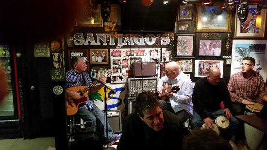 Westfield, MA: El dueño del local en una noche de música en vivo. Canta y toca la guitarra.