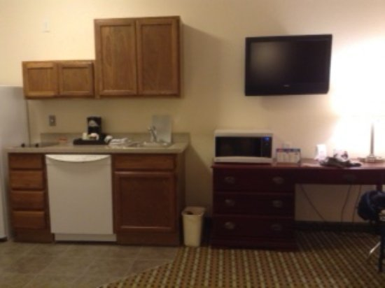Columbus, Небраска: left to right fridge, stove, dishwasher, coffee pot sink, microwave, TV desk.