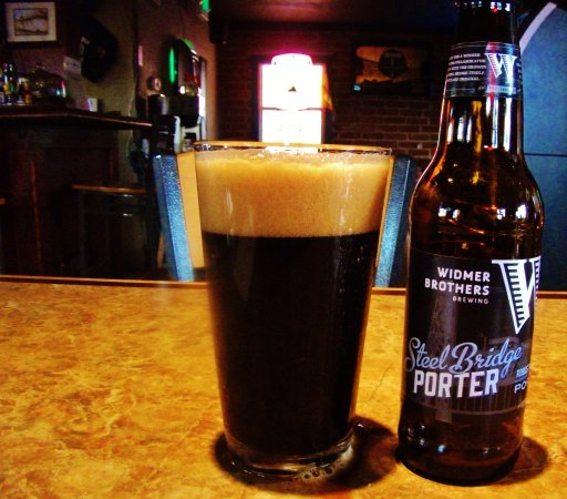 Troutdale, Oregón: They Have Steel Bridge Porter-- I suspect this is a Widmer house