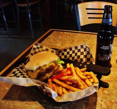 Troutdale, Oregón: Ye olde Cheddar Burger with fries