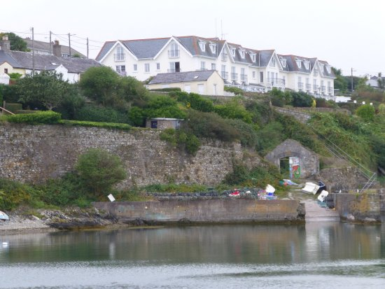 Ballycotton, Ιρλανδία: View of The Bayview Hotel from the harbour area
