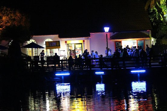 New Plymouth, New Zealand: Cafe on the lake