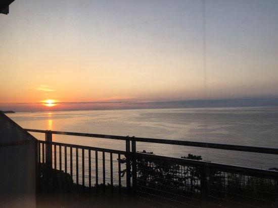 KKR Hotel Atami: 朝日が綺麗だよとよく泊まる父母からの助言で早起きして日の出を見ました。綺麗ですね。
