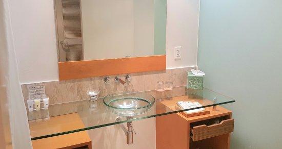 Fiesta Resort & Spa Saipan: Bathroom sink