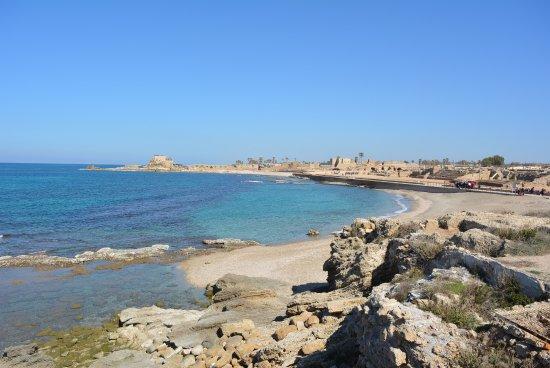 Caesarea, Israel: Кесария. Берег напротив амфитеатра Ирода
