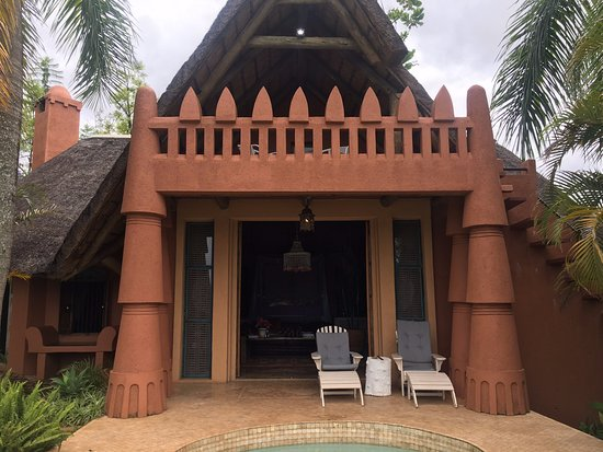 Sabie, Zuid-Afrika: Amber Moon room from pool, with balcony area in view