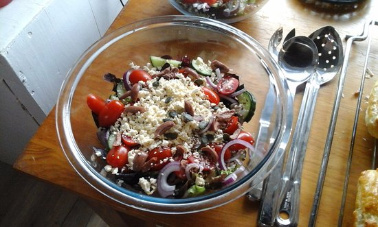 Stanford, África do Sul: Rosa Tomatoes , Baby salad leaves , Red onion & Feta - Deliciously Healthy